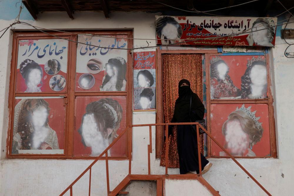 喀布尔一家美容院附近戴面纱的女子。