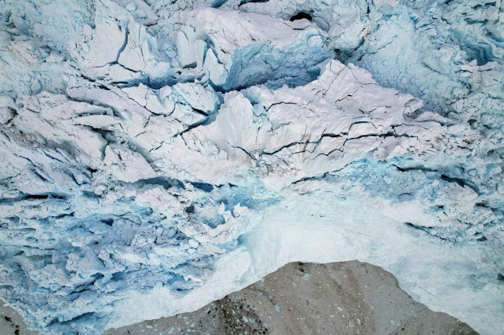 俯瞰格陵兰岛伊奇普·赛米亚冰川。