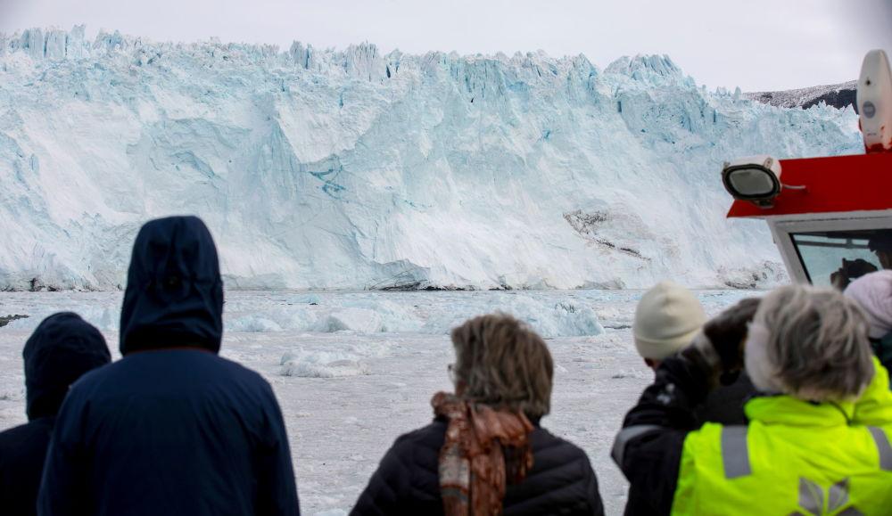 游客观赏格陵兰岛伊奇普·赛米亚冰川。
