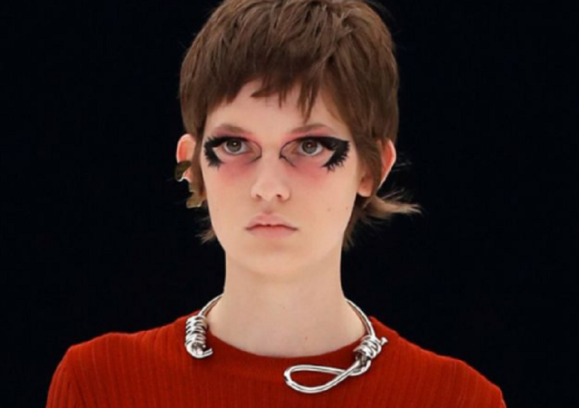 巴黎时装周丑闻:纪梵希因套结颈圈而受到批评