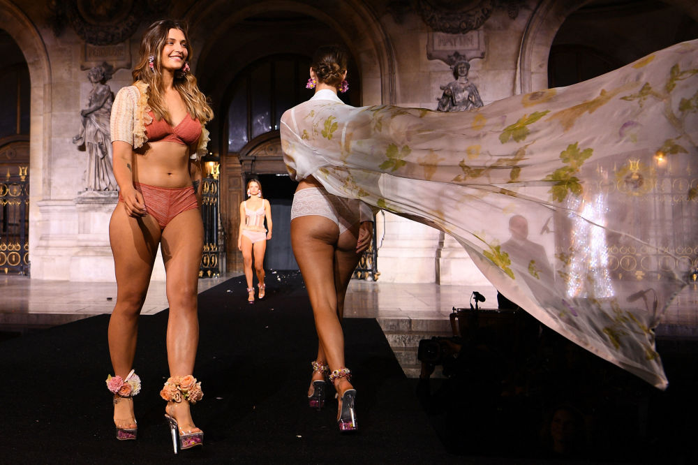 巴黎时装周,模特们展示Etam品牌服饰。