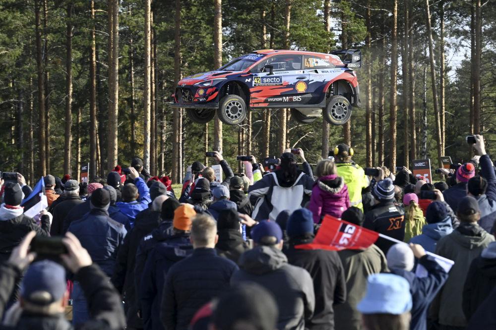 在劳卡举行的WRC芬兰拉力赛中,爱尔兰车手克雷格·布林和领航员保罗·纳格尔驾驶的赛车快到飞起。