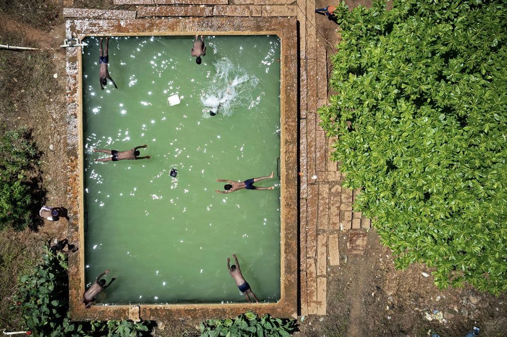 印度班加罗尔游泳池里游泳的孩子们。