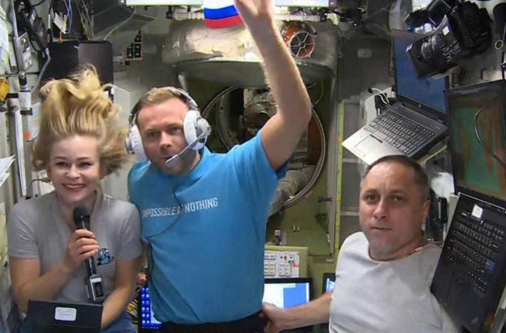 演员尤利娅•佩列西尔德、导演克利姆•希片科和宇航员安东•什卡普列罗夫在国际空间站。