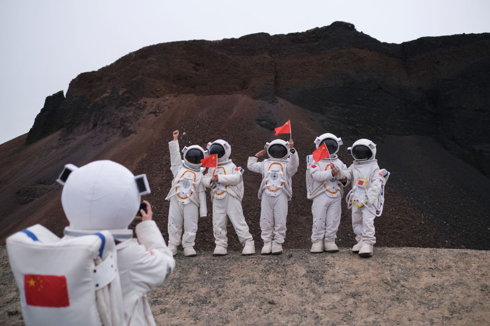 """中国乌兰哈达火山群6号火山附近的""""航天员""""们"""