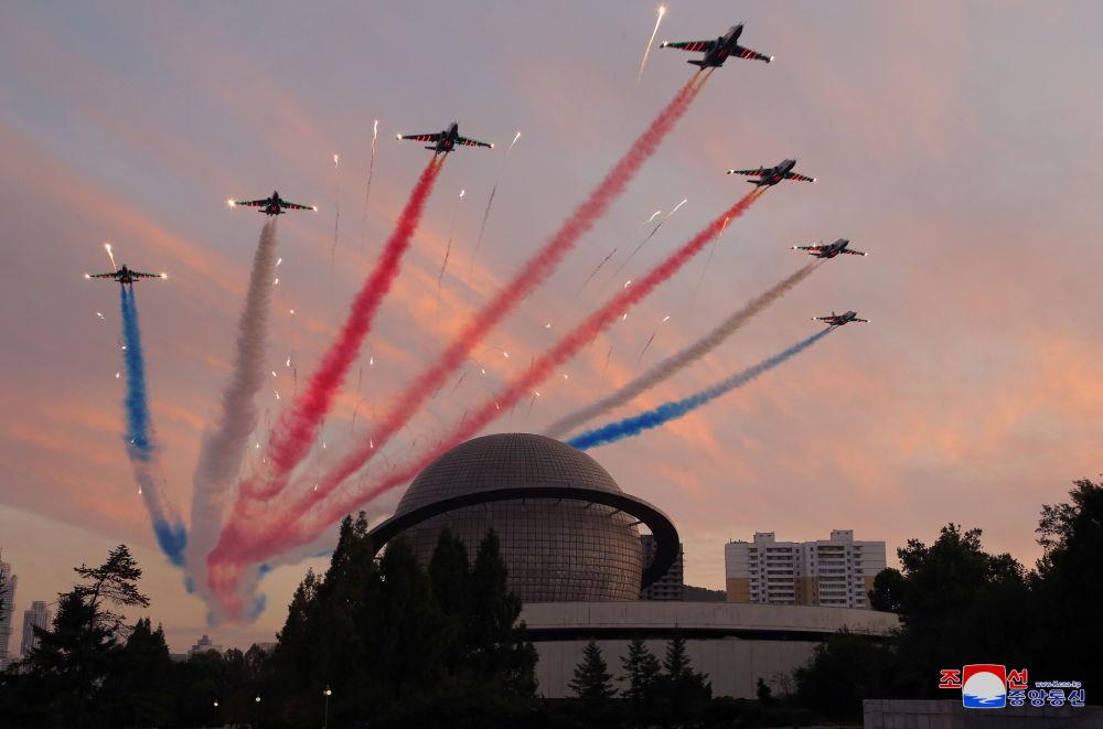 特技飞行表演队在平壤国防工业展上进行表演。