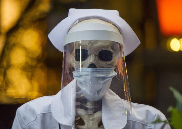 墨西哥城冒着新冠疫情风险恢复举行亡灵节游行