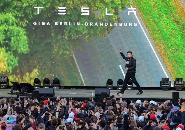 馬斯克舉辦跳舞機器人狂歡 慶祝歐洲首家特斯拉超級工廠建成