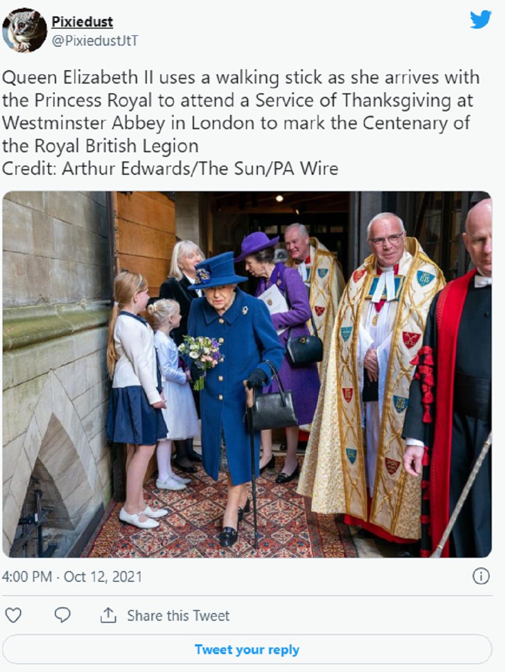 英国女王伊丽莎白二世首次拄拐杖出现在公众面前