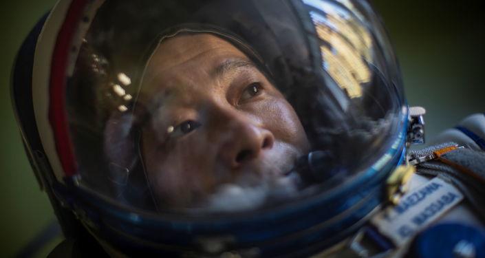 日本企业家前泽友作正在测试宇航服。