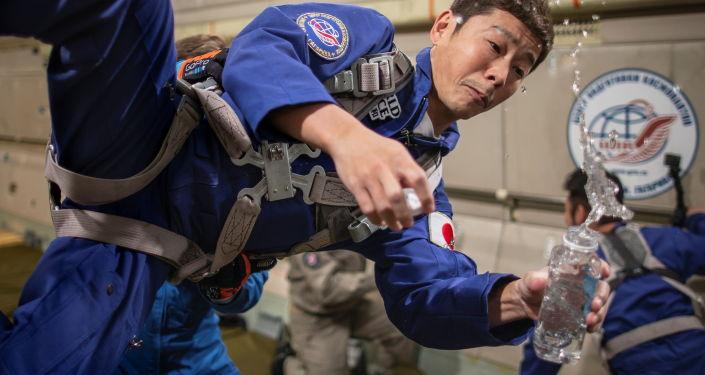 日本企业家前泽友作在训练中。