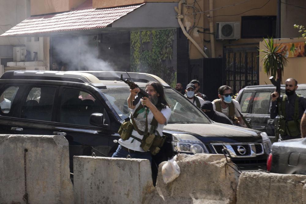 贝鲁特郊区武装冲突中与真主党联盟的什叶派组织的支持者。