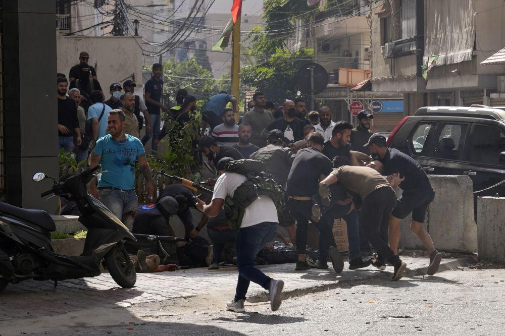 与真主党联盟的什叶派组织的支持者在帮助贝鲁特郊区达希耶武装冲突中的伤者。
