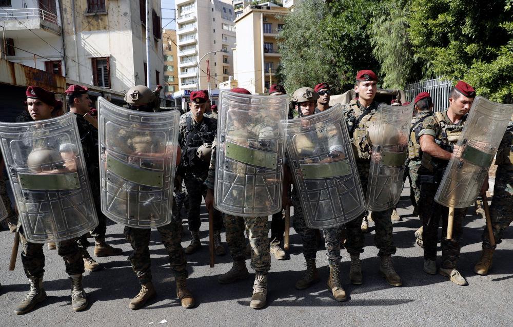 利比亚军队在贝鲁特司法宫旁守卫。