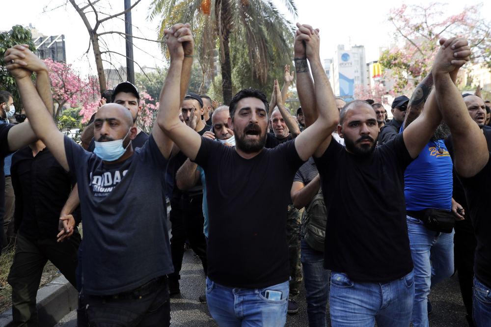 """贝鲁特司法宫前示威活动时什叶派组织""""真主党""""和""""阿迈勒运动""""的支持者。"""