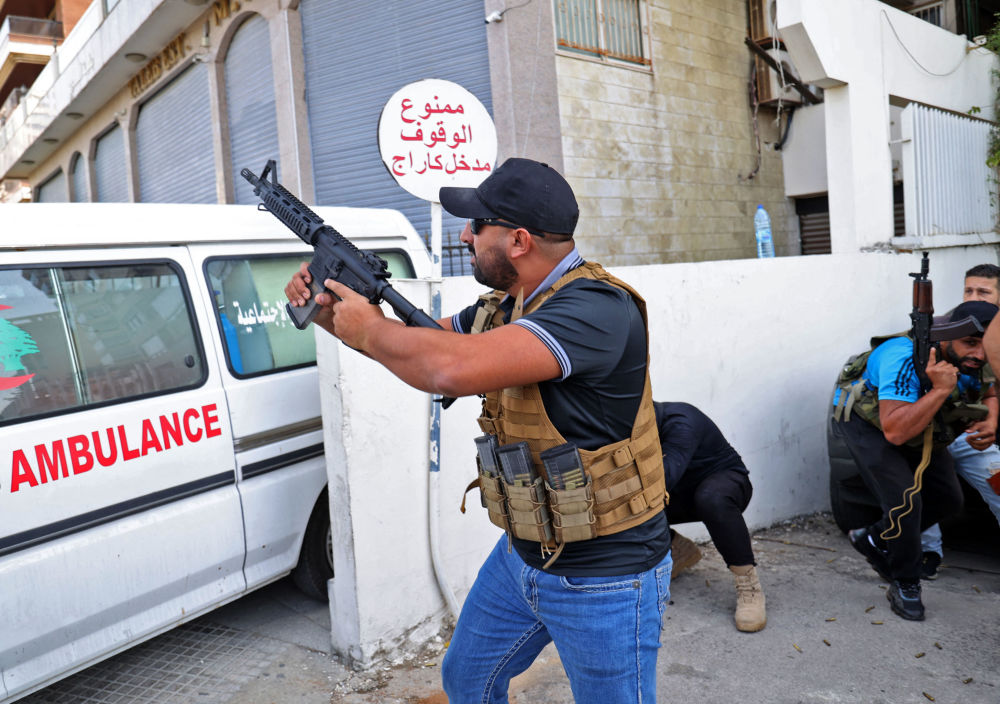 """贝鲁特郊区塔乌尼地区冲突中的""""阿迈勒运动""""战士。"""