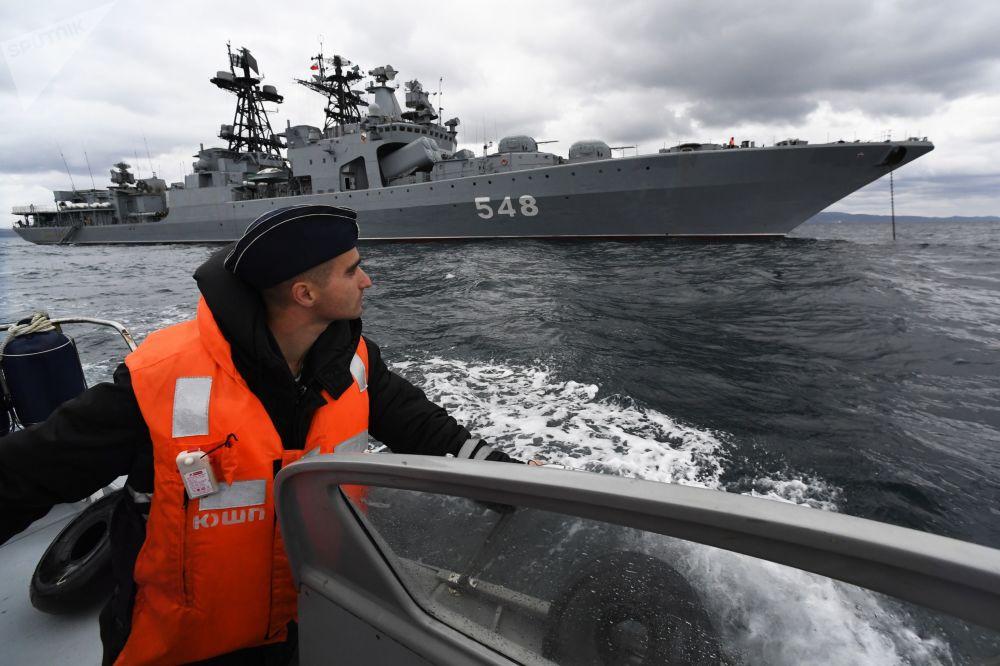 """俄中 """"海上联合-2021"""" 海上军演在日本海水域举行。图为参加军演的俄海军太平洋舰队""""海军上将潘捷列耶夫""""号大型反潜舰。"""