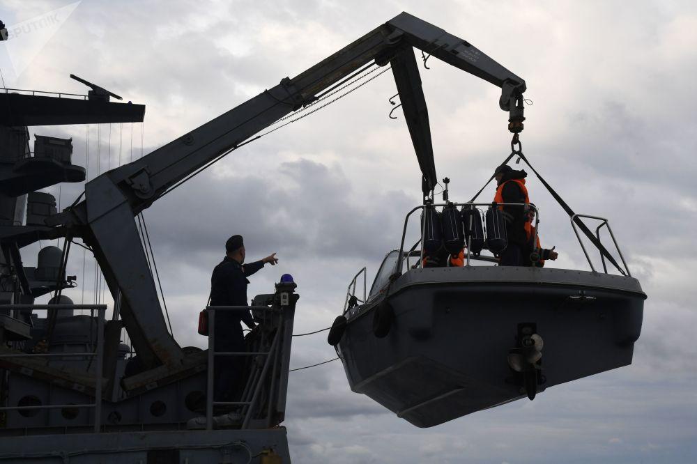 """俄中 """"海上联合-2021"""" 海上军演在日本海水域举行。图为俄海军""""轰鸣""""号护卫舰水兵。"""