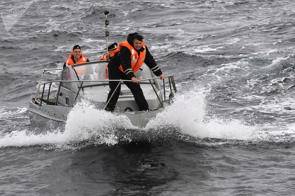 """俄中 """"海上联合-2021"""" 海上军演在日本海水域举行。图为正在参加演习活动的俄海军水兵。"""