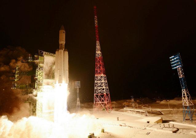 """安装助推器的俄国防部最新卫星已与""""联盟-2.1B""""运载火箭成功分离"""