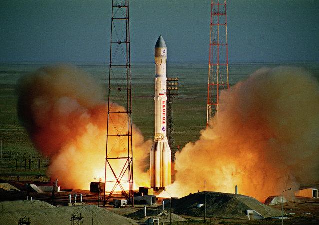 """俄罗斯""""质子""""运载火箭向中间轨道发射英国卫星"""