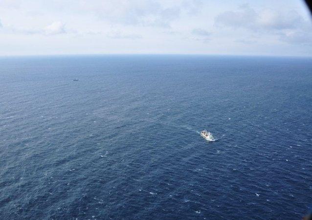 船隻救援工作者正在鄂霍茨克海尋找沈沒的漁船