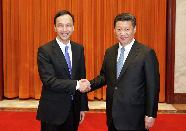 中共中央总书记习近平(右)与中国国民党主席朱立伦
