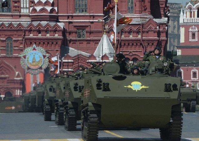 """""""贝壳""""式多目标陆战装甲运输车在红场通过"""