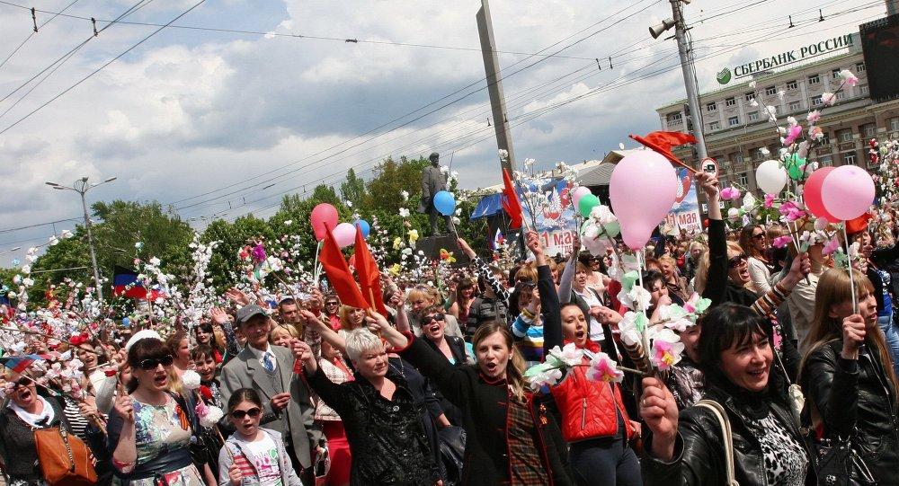 数万顿涅茨克民众参加共和国日游行
