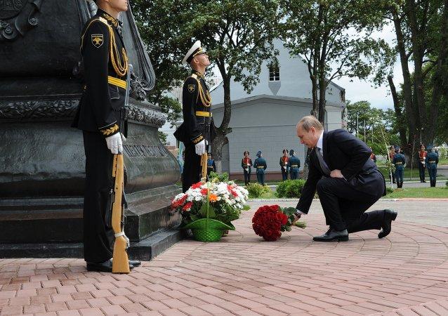 普京在波羅的斯克向彼得大帝一世紀念碑獻花
