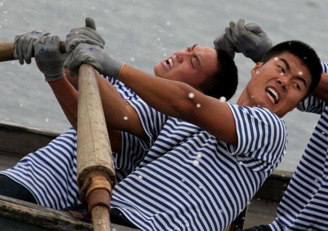 """中国海军在符拉迪沃斯托克的""""海上合作-2015""""联合海上军演框架内,在太平洋舰队水站和阿穆尔湾水上飞行区举行的两国海军舢板追逐赛上"""