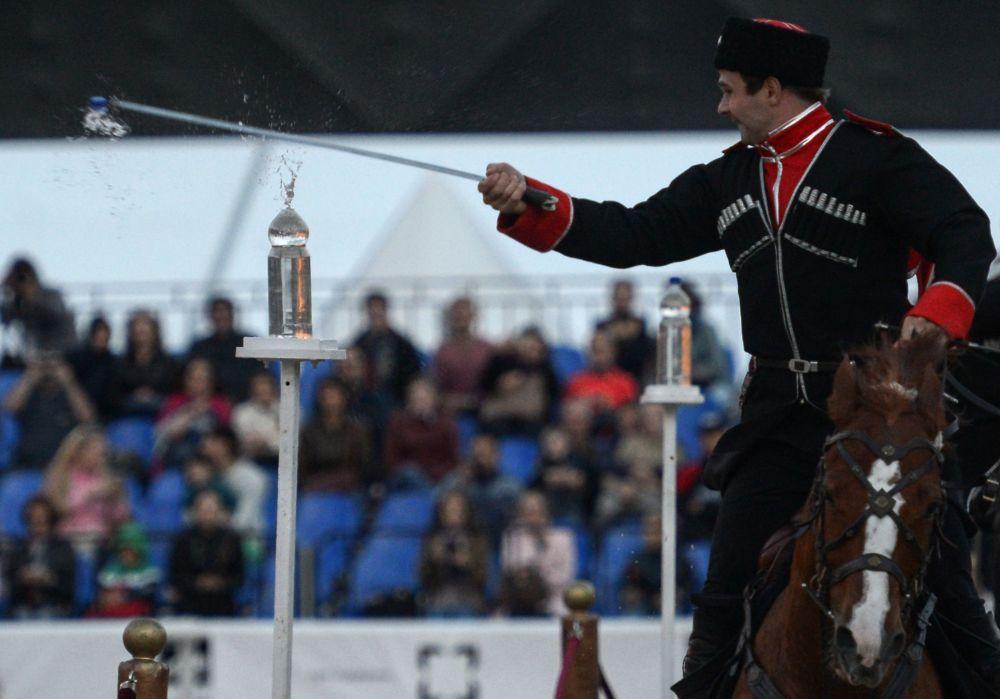 由總統團榮譽騎兵隊以及克里姆林宮馬術學院組成的的特等騎術聯合隊在「救世主塔」國際軍樂節 的框架下,在建立於莫斯科紅場的克里姆林宮馬術場進行了表演。