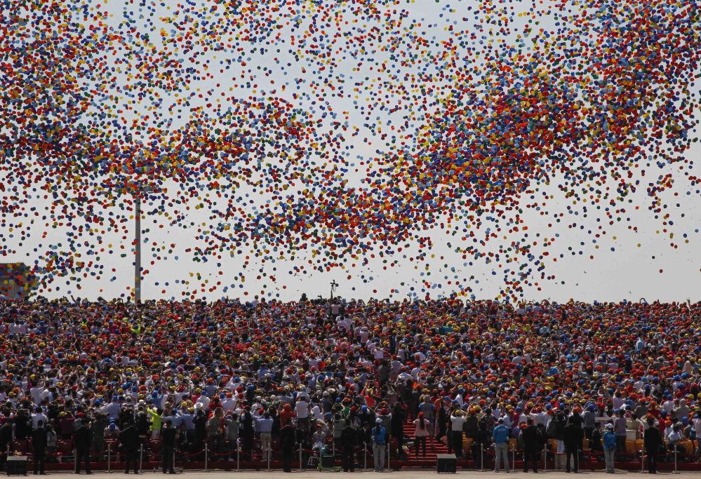 二战胜利70周年阅兵现场放飞7万只七彩气球