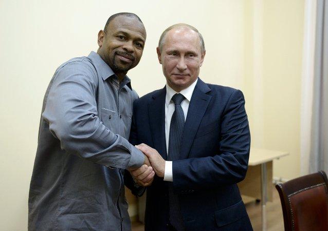 总统令:普京授予拳击之神小罗伊•琼斯俄罗斯国籍