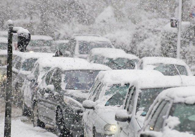 俄远东乌苏里斯克降雪量达三个月降雪量标准 进入紧急状态