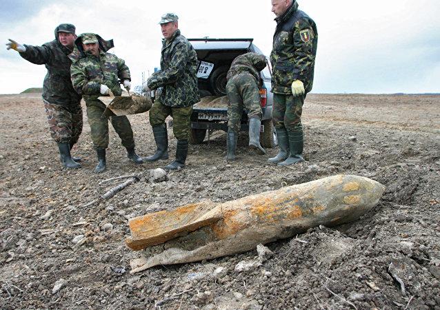 俄工程兵清除二戰時期的彈藥