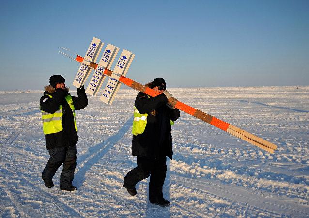 俄羅斯科學家們抬著象徵北極的柱子