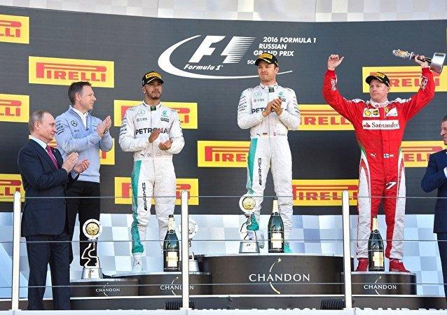 普京亲自为F1俄罗斯赛段获胜者颁奖