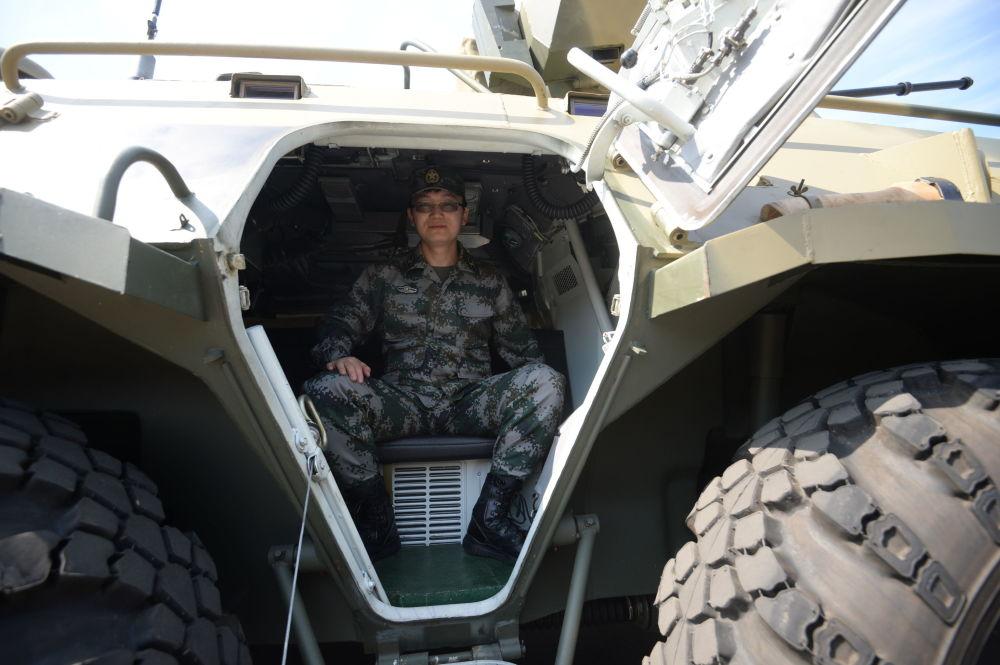 """参加俄中""""合作-2016""""联合反恐训练的一名中国武警"""