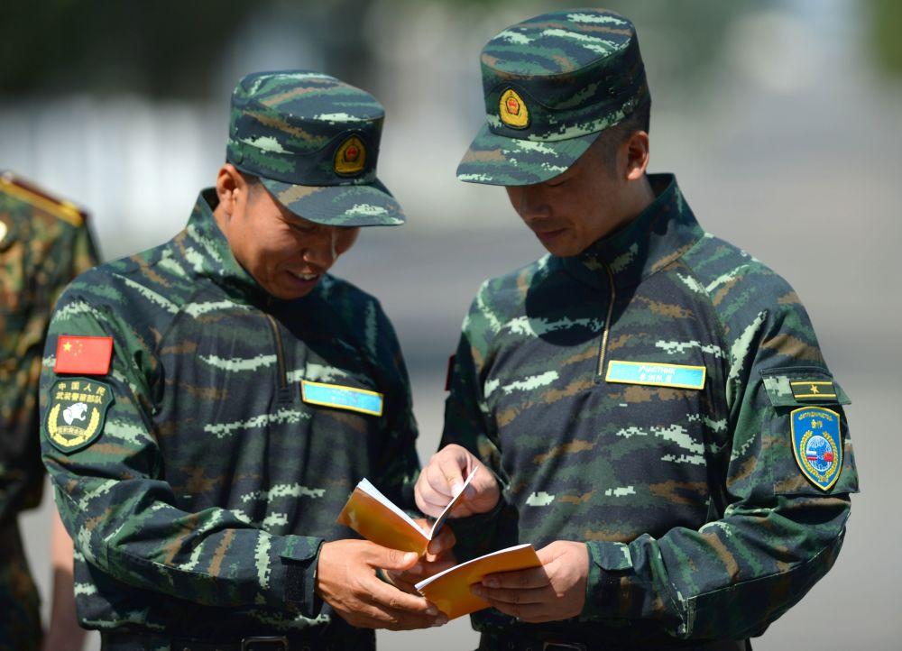 """俄中""""合作-2016""""联合反恐训练期间,中方武警正在研究俄汉会话手册"""