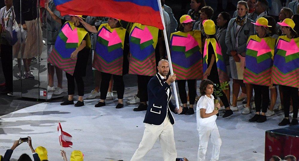 俄罗斯代表团旗手是2012年奥运会冠军、排球运动员谢尔盖·捷秋辛。