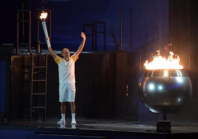 2004年雅典奥运会铜牌得主范德莱·科代罗·德利马点燃2016年里约奥运会圣火