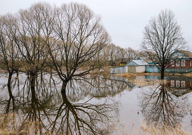 救援人員飛往俄楚科奇自治區兩個被洪水淹沒村鎮