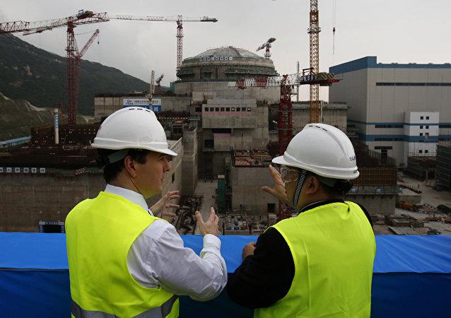 英國財政大臣喬治·奧斯本(左)2013年參觀廣東台山核電站