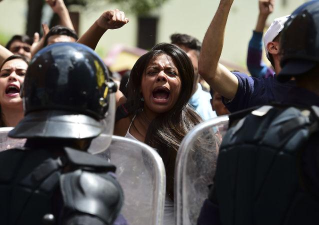 """俄罗斯外交部:委内瑞拉反政府阵营正在沿着""""颜色""""革命的道路模式行进"""