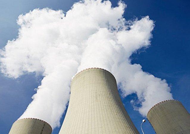 綠色和平組織讓超人形狀的無人機撞上法核電站建築以展示其防禦脆弱