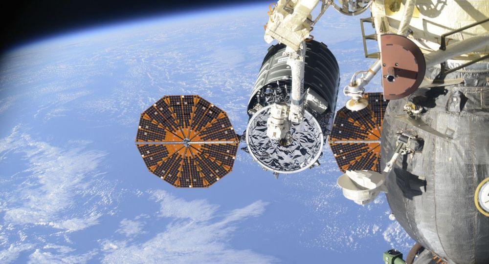 國際空間站的航天員開始卸運「進步MS-10」飛船的貨物