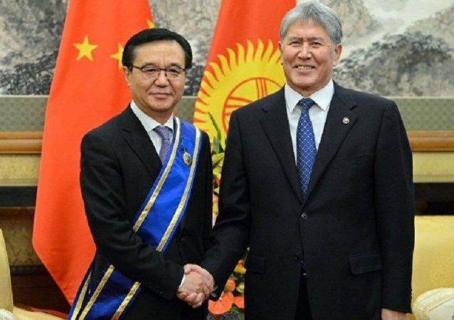 阿坦巴耶夫授予中國商務部長吉爾吉斯斯坦國家勳章