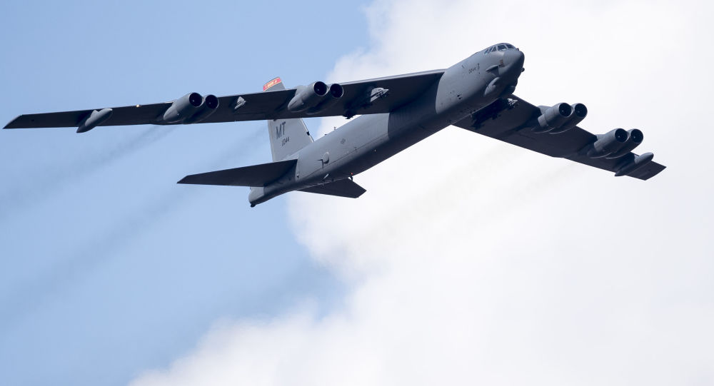 美军B52轰炸机又来东海 在中国空识区边缘飞行试探