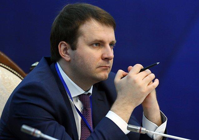 俄经济发展部部长驾驶俄产汽车从莫斯科到陶里亚蒂